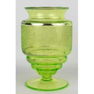 Raro vaso art-deco em uralina, com trabalhos foscos e frisos em prata. Parte inferior em círculos. Alt. 19,5cm.