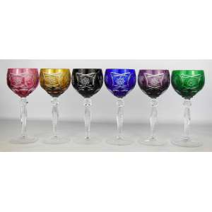 Seis belas taças em cristal europeu, de diversas tonalidades, lapidadas em rosetas, sulcos bisotados, parreiras e cachos de uvas em satiné. Alt. 20cm.