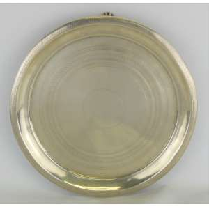 Dez Dinheiros - Antiga salva com pés, em prata contrastada, com marca do prateiro do Rio de Janeiro, datável entre 1830-1889, com trabalhos em baixo relevo. Pés em pata. Diam. 29,5cm.