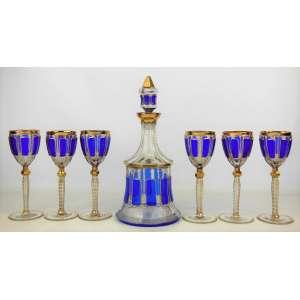 Lindíssimo conjunto veneziano, em cristal, formado por licoreiro e 6 taças, lapidados em facetados, tendo em relevo faixas no tom azul e ricos trabalhos pintados à ouro. Hastes das taças oitavadas. Alts. 32 cm (licoreiro) e 19,5 cm (taças).