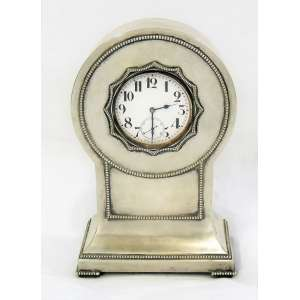 Raro e curioso relógio suíço, marca da manufatura Argentan, na forma de grande relógio de bolso, acondicionado em base de prata européia, estilo art-deco, trabalhada com perolados. Marca do contraste e do prateiro. A raridade da peça está no fato de ser um grande relógio de bolso que se transforma no mostrador de um relógio de mesa. Mostrador com discreto fio de cabelo. Funcionando. Diam. relógio 8 cm e alt. da base de prata 22 cm.