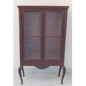 Laubisch Hirth - Vitrine em madeira nobre, com 2 bandas de porta com vidros e coluna torneada em cada lateral. Pernas recurvas. Apresenta placa em metal. Med. 150x86x37 cm.