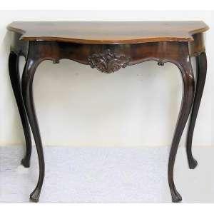 Console em jacarandá e madeira nobre entalhada. Tampo recortado. Pernas recurvas. Med. 91x111x51 cm.
