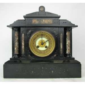 Relógio de mesa francês Pêndulo Paris, com mostrador em porcelana. Caixa em mármore em dois tons na forma de templo. Máquina necessita de reparo. Med. 32,5x34,5x13,5 cm. Com pêndulo e chave.