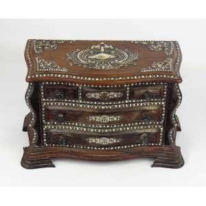 Raro porta jóias na forma de mini cômoda em jacarandá entalhado, com ricos apliques em prata cinzelada. Tampo de abrir e 2 gavetinhas. Med. 15x26x14cm.