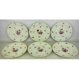 Seis pratos para sobremesa em porcelana alemã, marca da manufatura Rosenthal, decorados com flores em policromia. Borda recortada com delicado friso a ouro. Marca da manufatura no verso. Diam. 20cm.