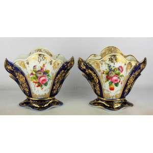Belo par de vasos franceses em porcelana Velho Paris, policromados e decorados com pintura floral em policromia e detalhes em dourado Alt. 18cm.