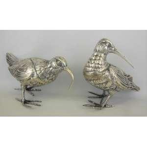 Duas belas esculturas em prata espanhola, teor 915 milésimos, com marca do contraste e do prateiro, representando pássaros. Meds. 18x19 e 14x25cm. Peso: 1.340g.