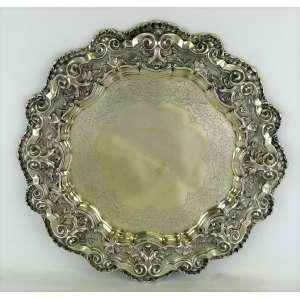 Medalhão em prata portuguesa, contraste Águia, cinzelada em conchas, volutas e folhas. Diam. 44cm. Peso 1.345g.