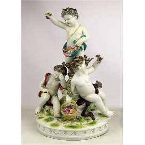 Grande, belo e antigo grupo escultórico em porcelana alemã policromada, marca da manufatura Ludwigsburg, na forma de crianças no jardim com flores e pássaros. Peça com minuciosos detalhes e rica policromia. Marca da manufatura no verso. Alt. 40x28x24cm.