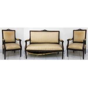 Conjunto para sala de visitas, estilo francês Luis XVI, em madeira entalhada, composto de sofá para 2 lugares e par de poltronas estofadas e forradas em tecido. Apresenta pequena fissura no tecido do encosto do sofá. Med. sofá 100x118x52 cm. Med. poltrona 100x53x54 cm.