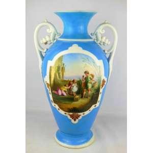 Belo vaso em porcelana francesa Velho Paris, decorado com pintura de cena com crianças em reserva e policromada. Alças em volutas com cachos de frutas. Alt. 47 cm.