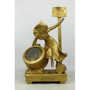 Ass. ilegível - Luminária francesa em petit bronze, patinado de dourado e com selo de fundição francesa, representando La Parade. Alt. 32 cm.