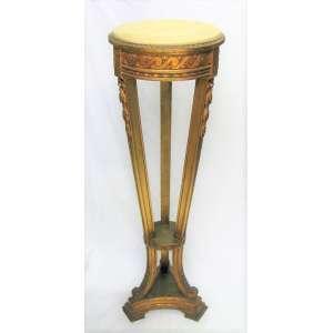 Bela coluna, estilo francesa Luis XV, em madeira dourada e entalhada em flores, folhas e volutas. Pernas de seção quadrada apoiando sobre base triangular. Tampo em ônix. Alt. 113,5 cm.