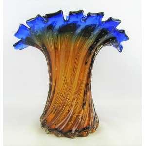 Belo vaso em Murano italiano, dos anos 50, nas cores âmbar e azul, dégradée, trabalhado em gomos retorcidos. Borda recortada e ondulada. Alt. 29,5cm.