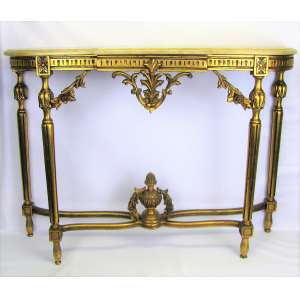 Aparador estilo francês Luis XVI, em madeira dourado e entalhada. Pernas se unindo por 2 travessões a um bilro central. Tampo com mármore. Minúscula perda no pé. Med. 81x112,5x31 cm.