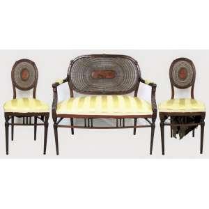 Elegante conjunto para sala de visitas composto por sofá de 2 lugares e 2 cadeiras, em madeira nobre, com ricos e delicados entalhes. Encostos em palhinha tendo ao centro placa em madeira com marqueterie. Assentos em tecido (parte de baixo de um necessita reparo). Pernas torneadas com detalhes em perolados. Med. 96x94x51 cm (sofá) e 91,5 cm (altura das cadeiras).