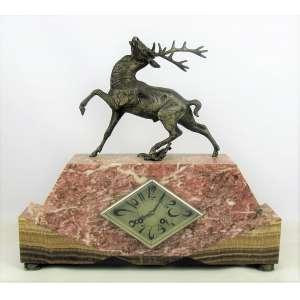 Relógio de mesa, art-deco, europeu com mostrador em metal. Caixa em mármore em dois tons em dégradé. Encimado com figura de cervo em petit-bronze. Funcionando. Med. 41x45x10 cm.