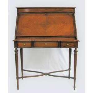 Bureau writing table, francês, Luis XVI, em jacarandá, com 3 gavetas. Gabinete com porta reclinável, tendo no seu interior 4 gavetinhas e 6 escaninhos. Med. 119x88x43,5 cm.