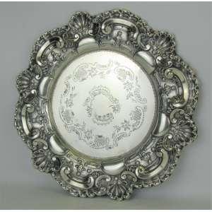 Salva em prata portuguesa, estilo Don João V, contraste Águia, com marca do teor 833 milésimos. Decorada com trabalhos de conchas e volutas. Diam. 31,5cm. Peso 295 gramas.