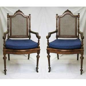 Par de cadeiras de braços, estilo francês Luis XVI, do séc. XIX, em jacarandá entalhado. Assento e encosto em palhinha com rodinhas. Assento de uma com palhinha no estado. Med. 111x59x51cm.
