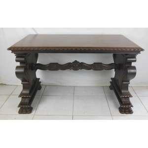 Mesa de apresentação em madeira nobre, profusamente entalhada. Laterais ligadas por um travessão. Pés em pata. Tampo retangular. Med. 74x121x71 cm.
