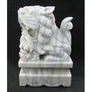 Bela e grande escultura em monobloco de mármore Carrara, representando Cão Fó com seu filhote. Peça imponente e executada com minuciosos detalhes. Med. 46x30x21,5 cm.