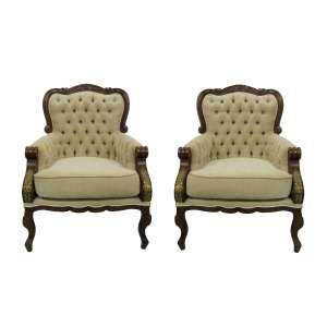 Belo par de poltronas, estilo francês Luis XV, em madeira entalhada com detalhes em dourado. Estofadas e forradas em tecido. Med. 105x78x66 cm.