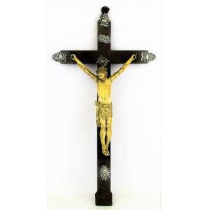 Crucifixo em madeira com Cristo em marfim Indo Português, do Séc. XVIII. Sendal amarrado com cordas, ambos com rica delicadeza de entalhes. Semblante sereno. Adereços no Crucifixo em prata. Alt. crucifixo 51,5cm e Alt. Cristo 27,5cm.