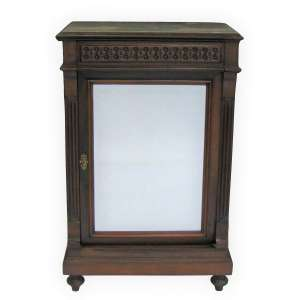 Dunquerque em madeira nobre entalhada, formado por gaveta e porta com espelho bisotado (recém trocado). Interior com prateleiras. Tampo com mármore cinza rajado. Med. 97x62,5x34,5cm.