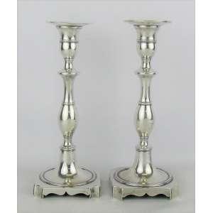 Dois castiçais em prata portuguesa, contraste P. Coroa, tendo um marca do prateiro LARA e o outro IFS, com trabalhos em frisos. Um apresenta pequeno amassado no bobeche. Alt. 21,5 cm. Peso 775 g.