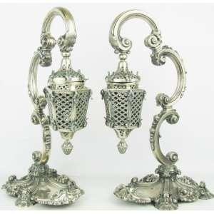 Michel Kuri - Belo par de lanternas em prata, com marcas do prateiro, do teor e do contraste, profusamente trabalhadas com conchas, volutas e folhagens. Falta a parte elétrica. Alt. 38,5cm. Peso de prata: 3.870g.