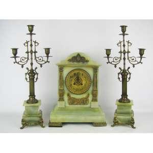 Conjunto de relógio francês e par de candelabros para 3 velas. Relógio da manufatura Japy Freres e Cia - 1858, grande medalha de honra. Caixa, guarnições e pés em bronze ormulú. Funcionando. Med. relógio 37x27x16cm e Alt. candelabro 51cm.