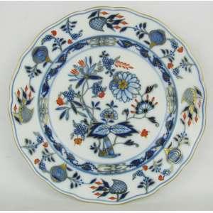Meissen - Prato de coleção em porcelana alemã, com marca da manufatura, decoração cebolinha com flores, folhagens e dourado. Diam. 24,5cm.