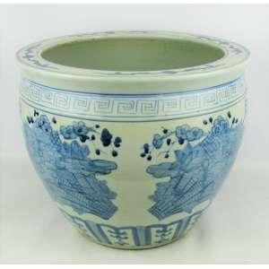 Cachepot - aquário em porcelana oriental decorada com flores, folhas e geométricos em azul. Apresenta colagem no fundo. Med. 31x38cm.