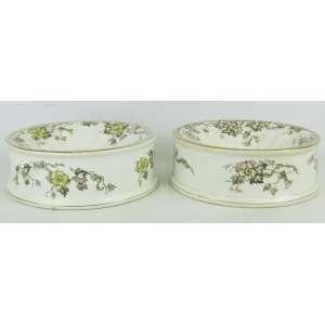 Par de cuspideiras em porcelana inglesa, decoradas com pintura floral e folhas em policromia. Med. 7x20,5cm.