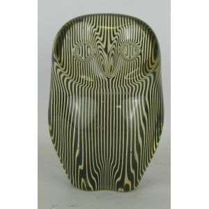 Palatinik - escultura em resina de poliéster representando Coruja, decorada internamente com trabalhos na cor preta. Sem assinatura. med. 10x6,5x4cm.