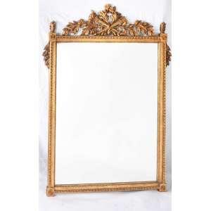 Belo e grande espelho, estilo francês, moldura em madeira patinada em dourado, entalhada com frutos, folhagens e perolados. Topo com entalhes de tochas. Med. 164x111cm.