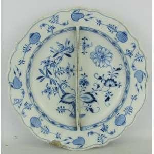 Grande petisqueira em porcelana alemã com marca da manufatura Meissen no verso, com decoração cebolinha no tom azul. Apresenta lascado na borda e perdas no esmalte. Med. 6x36cm.