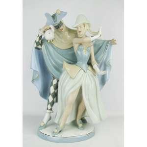 Imponente, raro e grande grupo escultórico Art-deco, de coleção, em porcelana tcheca, marca da manufatura Royal Dux, policromada, representando Pierrot e colombina. Peça de excepcional movimento e beleza. Alt. 50,5cm.