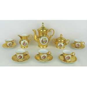 Serviço para café em porcelana com marca da manufatura P.D., no tom dourado e decorado com cenas de galanteio em policromia, composto de bule, leiteira, açucareiro e 5 xícaras. Minúsculas perdas no dourado. Total de 8 peças.