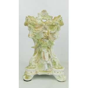 Floreira em biscuit europeu, policromado, com trabalhos em relevo e adornado com figura de menino da nobreza. Apresenta restauro. med. 21x13x11,5cm.