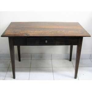 Antiga mesa secretária em madeira entalhada com frisos em marqueterie. Tampo retangular com 1 gaveta. Pernas de seção quadrada afinando para baixo. Med. 58x120x64cm.