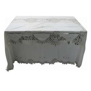 Toalha de mesa com bordados e apliques. Med. 2,60x1,70cm.