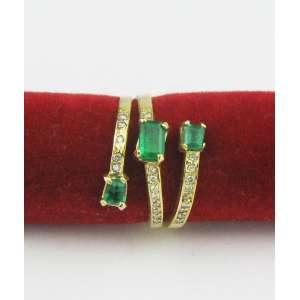 Anel em ouro 18k, com cerca de 25 brilhantes e 3 esmeraldas colombianas. Este ítem não se encontra no local do leilão.
