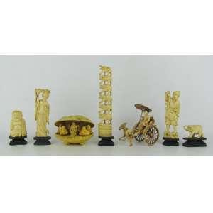 Sete esculturas, sendo 4 em marfim: Gueixa, Buda, Elefante e Torre de elefantes, e peixeiro em osso; 2 em material sintético: concha e Riquixá. Alt. total maior e menor 17 e 4 cm.