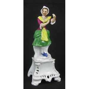 Estatueta em porcelana Vieux Paris, policromada, representando Mulher com traje típico. Adereço de uma mão quebrada e pequeno bicado no vestido. Alt. 27cm.