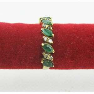 Meia aliança em ouro 18k, com 5 esmeraldas e brilhantes. Aro 20. Este item não se encontra no local do leilão.