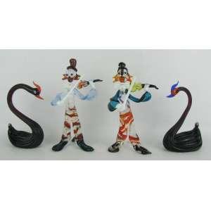 Quatro delicadas esculturas de coleção em murano policromado, representando, Par de cisnes e Par de palhaços músicos. Alt. 10,5 e 13 cm