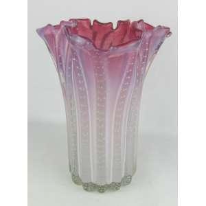 Belo e raro vaso em murano italiano, na cor leitosa e rosa em dégradée. Trabalhado em gomos. Interior com pequena batida interna. Borda recortada. Base com pequeno bicado. Alt. 30 cm